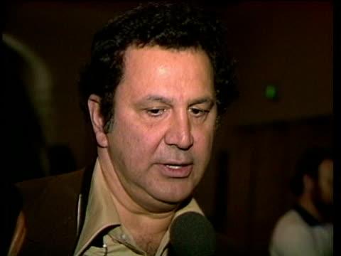 vídeos y material grabado en eventos de stock de 1980s ron galella being interviewed / los angeles, california, usa / audio - sólo hombres maduros