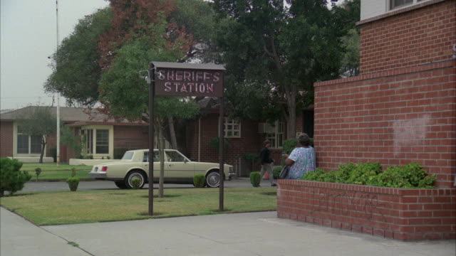 stockvideo's en b-roll-footage met 1980s ws small rural type sheriff's station - westers schrift