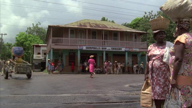 stockvideo's en b-roll-footage met 1980s ws small town traffic outside grocery store - winkelbord