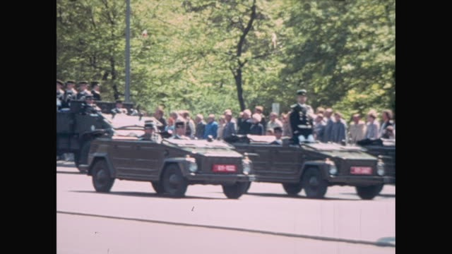 1980s strasse des 17 juni / street 17th of june allied forces day military parade / us british and french military bands marching and playing tanks... - juni bildbanksvideor och videomaterial från bakom kulisserna