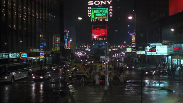 vídeos de stock e filmes b-roll de 1980s ws traffic in times square at night - 1985