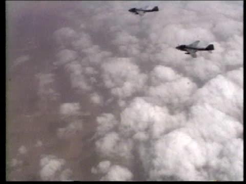 vídeos y material grabado en eventos de stock de 1990s av fighter planes flying / iraq - grupo mediano de objetos
