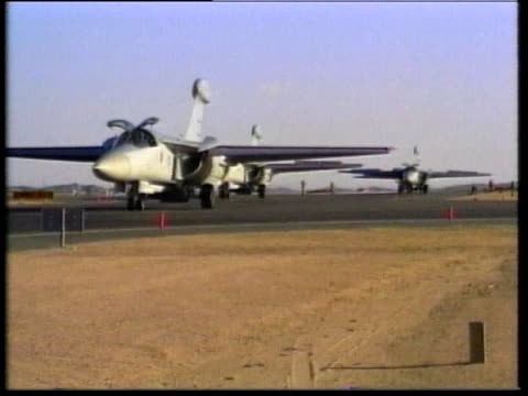 stockvideo's en b-roll-footage met 1990s montage f111 fighter jets taxiing and in flight beneath tanker - kleine groep dingen