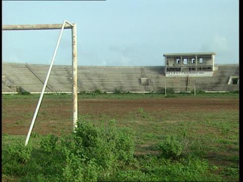 vidéos et rushes de oct-1998 abandoned and overgrown mogadiscio stadium / mogadishu, benadir, somalia - a l'abandon