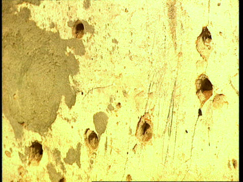 vídeos de stock e filmes b-roll de oct-1998 bullet holes in wall of home / mogadishu, benadir, somalia - corno de áfrica