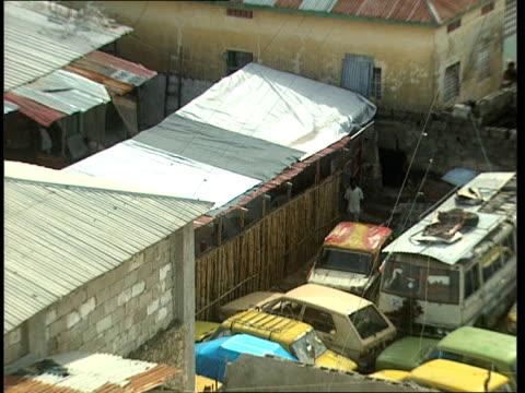 vídeos de stock e filmes b-roll de oct-1998 cars parked in alley where us army rangers black hawk helicopter crashed / mogadishu, benadir, somalia - corno de áfrica