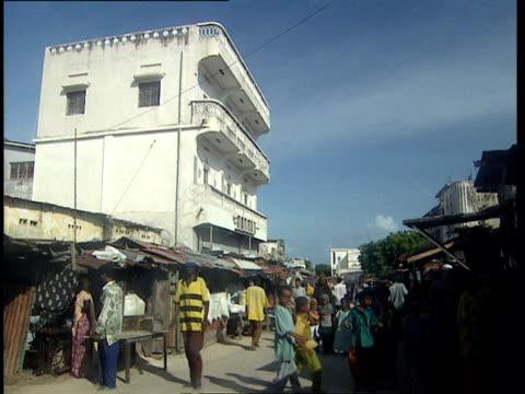 vídeos de stock e filmes b-roll de oct-1998 crowd of people at street market / mogadishu, benadir, somalia - corno de áfrica
