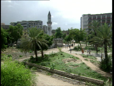 vidéos et rushes de oct-1998 damaged buildings and ruins that used to be downtown mogadishu. shot ends on arch of umberto / mogadishu, benadir, somalia - moins de 10 secondes