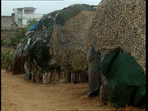 vidéos et rushes de oct-1998 dome shaped homes draped with camouflage / mogadishu, benadir, somalia - moins de 10 secondes