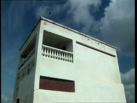 vidéos et rushes de oct-1998 empty balcony in neighborhood where us army rangers black hawk helicopter crashed / mogadishu, benadir, somalia - moins de 10 secondes
