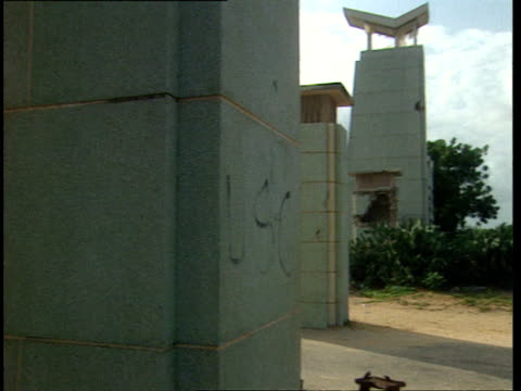 vídeos de stock e filmes b-roll de oct-1998 exterior of abandoned mogadiscio stadium, national stadium of somalia. was once used as barracks by pakistani u.n. peacekeeping force /... - corno de áfrica