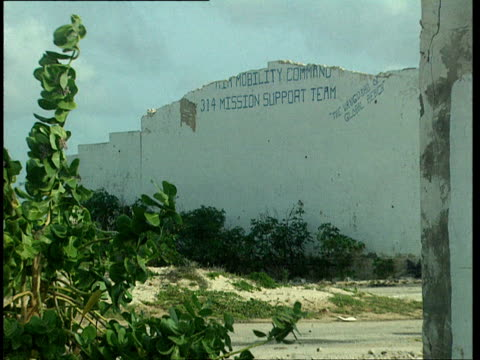 vidéos et rushes de 1oct1998 ws exterior of destroyed and abandoned us army building air mobility command 314 mission support teammogadishu benadir somalia - écriture européenne