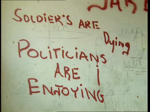 vidéos et rushes de 1oct1998 ws graffiti on wall inside mogadiscio stadium soldiers are dying politicians are enjoyingmogadishu benadir somalia - écriture européenne