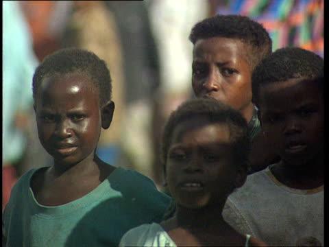 vídeos de stock, filmes e b-roll de oct-1998 group of children in mogadishu street market / mogadishu, benadir, somalia - menos de 10 segundos