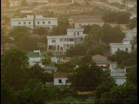 vídeos de stock e filmes b-roll de oct-1998 high angle view of neighborhood in mogadishu / mogadishu, benadir, somalia - corno de áfrica