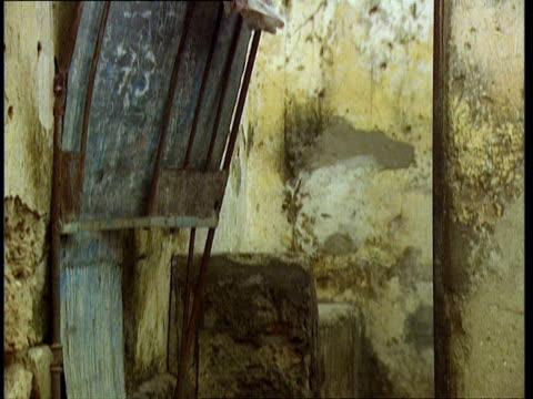 vídeos de stock e filmes b-roll de oct-1998 interior of abandoned home / mogadishu, benadir, somalia - corno de áfrica