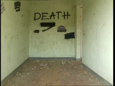 vidéos et rushes de 1oct1998 montage empty room within mogadiscio stadium with death painted on wall / mogadishu benadir somalia - écriture européenne
