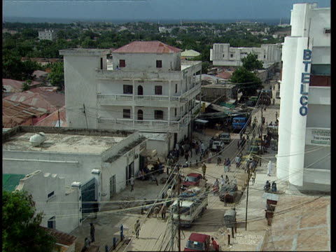 vídeos de stock e filmes b-roll de oct-1998 neighborhood where us army rangers black hawk helicopter crashed / mogadishu, benadir, somalia - corno de áfrica