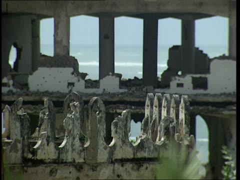vídeos de stock e filmes b-roll de oct-1998 ruins of al-uruba hotel to waves washing up on shore / mogadishu, benadir, somalia - corno de áfrica