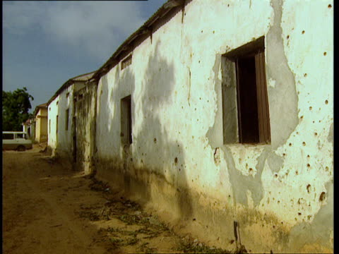 vidéos et rushes de oct-1998 shrapnel damage and bullet holes in walls of homes in abandoned neighborhood / mogadishu, benadir, somalia - moins de 10 secondes