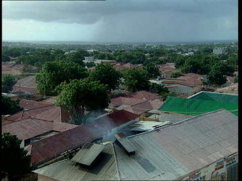 vídeos de stock e filmes b-roll de oct-1998 sky with rooftops in neighborhood where us army rangers black hawk helicopter crashed / mogadishu, benadir, somalia - corno de áfrica