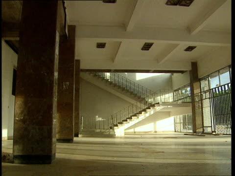 vídeos de stock e filmes b-roll de oct-1998 stairs and walkway beneath mogadiscio stadium / mogadishu, benadir, somalia - corno de áfrica