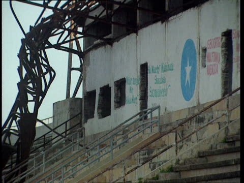 vidéos et rushes de oct-1998 twisted metal tower, concrete stairs and seating in disrepair inside mogadiscio stadium / mogadishu, benadir, somalia - moins de 10 secondes
