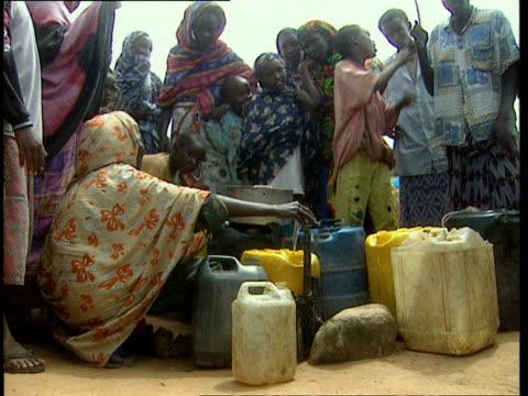 vidéos et rushes de 1oct1998 ws la women and kids gathered around central water tap in village / mogadishu benadir somalia - eau robinet
