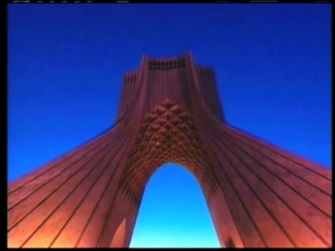 vidéos et rushes de 1st april 2000 ws la td azadi tower / tehran, iran - tour d'azadi