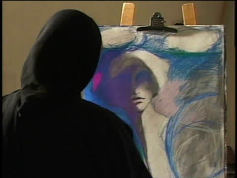 vídeos y material grabado en eventos de stock de 1st april 2000 ms woman in hijab sketching / tehran, iran - caballete equipo de arte y artesanía