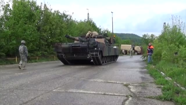 1st brigade combat team soldiers with 2-5 cav and 1-82 fa move tanks and paladins from the railhead to the hohenfels training area for the exercise... - 連隊点の映像素材/bロール
