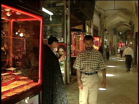 1st feb 2000 ws people in alley of grand bazaar / kashan, iran+d2 - skåp med glasdörrar bildbanksvideor och videomaterial från bakom kulisserna