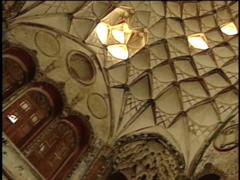 vidéos et rushes de 1st feb 2000 ms la pan tabatabai museum's second floor doors, balcony and ceiling / kashan, iran - museum