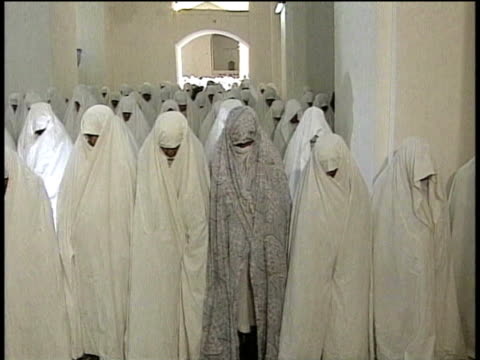 1st March 2000 WS Women in white veils praying in mosque / Varzaneh, Ispahan, Iran