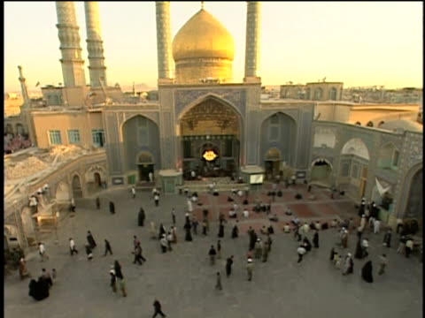 1st may 2000 ws ha pan pilgrims in courtyard of saint massoumeh shrine / qum, iran - pellegrino video stock e b–roll