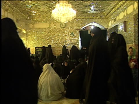 stockvideo's en b-roll-footage met 1st may 2000 ws women in hijabs inside saint massoumeh shrine / qum, iran - op de grond zitten