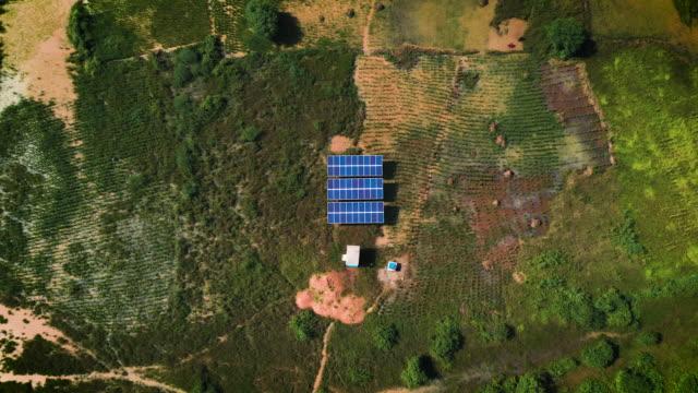 vídeos de stock e filmes b-roll de 2020.04_video_solar panels in tanzania - central elétrica