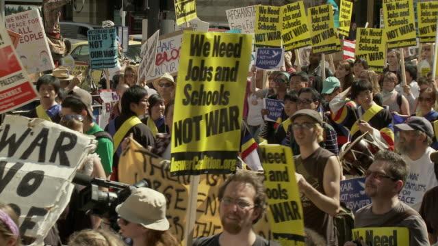 vídeos de stock, filmes e b-roll de 20mar2010 ws ha large group of protesters carrying antiwar signs / washington dc usa / audio - guerra do iraq