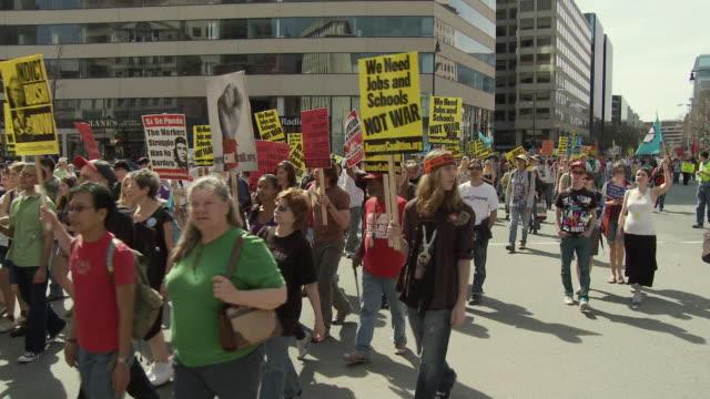 vídeos y material grabado en eventos de stock de mar-2010 large group of protesters march holding anti-war signs, american flags and fake coffins / washington dc, usa / audio - escritura occidental