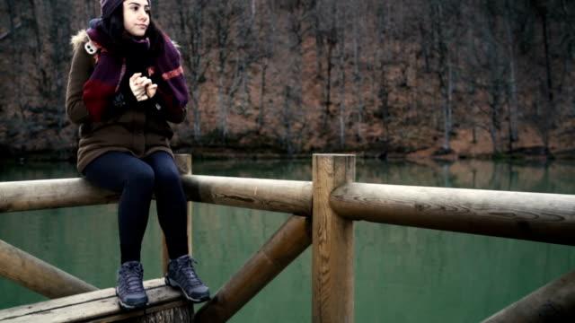 hd:20 の若い女性の冷たい - 冷たい点の映像素材/bロール
