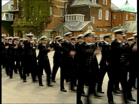 vídeos de stock e filmes b-roll de 20th anniversary celebrations itn england berkshire pangbourne royal navy sailors marching along at event to mark 20th anniversary of falklands... - berkshire inglaterra