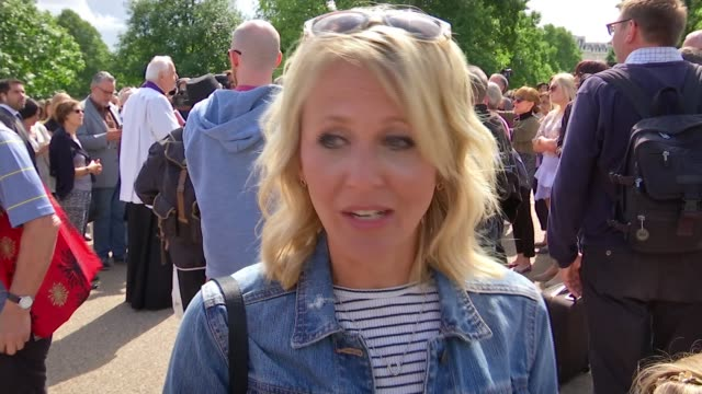 20th anniversary of death of princess diana tributes at kensington palace reporter chatting to family louise warburton interview sot crowd of people... - 20th anniversary stock videos & royalty-free footage
