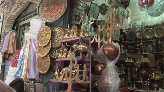 vídeos de stock, filmes e b-roll de 20th jul 2009 montage antique shop display, al. mutanabee street / baghdad, iraq - antiquário loja