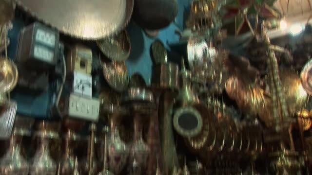 vídeos de stock, filmes e b-roll de 20th jul 2009 montage market stall with antique utensils and souvenirs / baghdad, iraq - antiquário loja