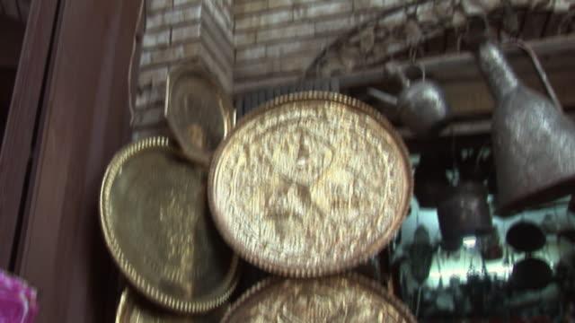 vídeos de stock, filmes e b-roll de 20th jul 2009 montage market stall with souvenirs / baghdad, iraq - antiquário loja