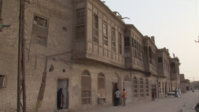 20th jul 2009 old building in shanasheel district / basra, iraq - erkerfenster stock-videos und b-roll-filmmaterial
