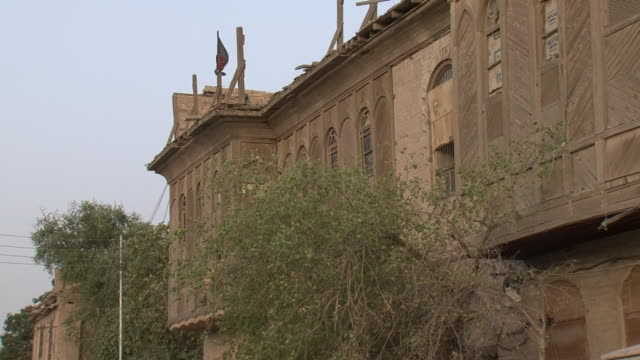 vídeos de stock, filmes e b-roll de 20th jul 2009 old building in shanasheel district / basra, iraq - janela saliente