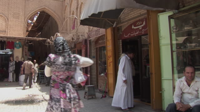 stockvideo's en b-roll-footage met 20th jul 2009 ws people shopping in al mutanabee street / baghdad iraq - bagdad