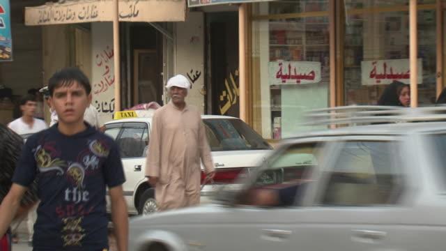 vídeos de stock, filmes e b-roll de 20th jul 2009 ms zo ws street scene in souk al safaseer market / baghdad iraq - vestimenta religiosa