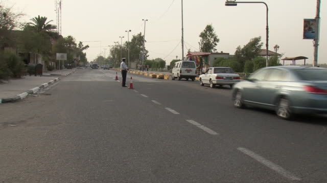 20th jul 2009 traffic cop in checkpoint / basra, iraq - basra stock-videos und b-roll-filmmaterial